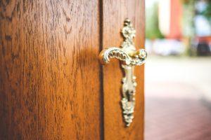 porta-de-madeira-aberta