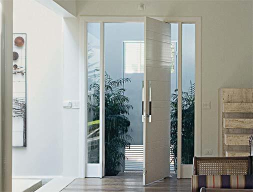 sala com porta de pivotante