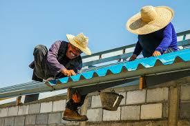 trabalhadores reformando a casa