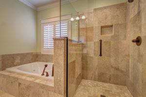 janela banheiro com banheira