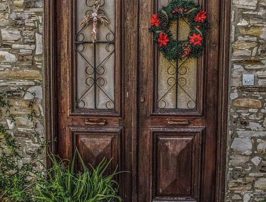 como instala porta de madeira