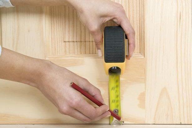 consertar porta de madeira