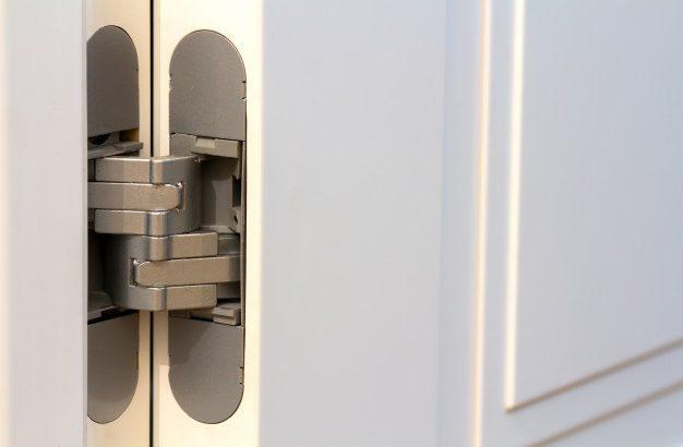 dobradicas de porta de metal na porta-de-madeira branca