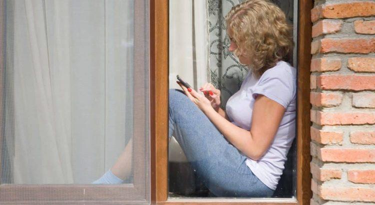 tela mosqueteira mulher na janela